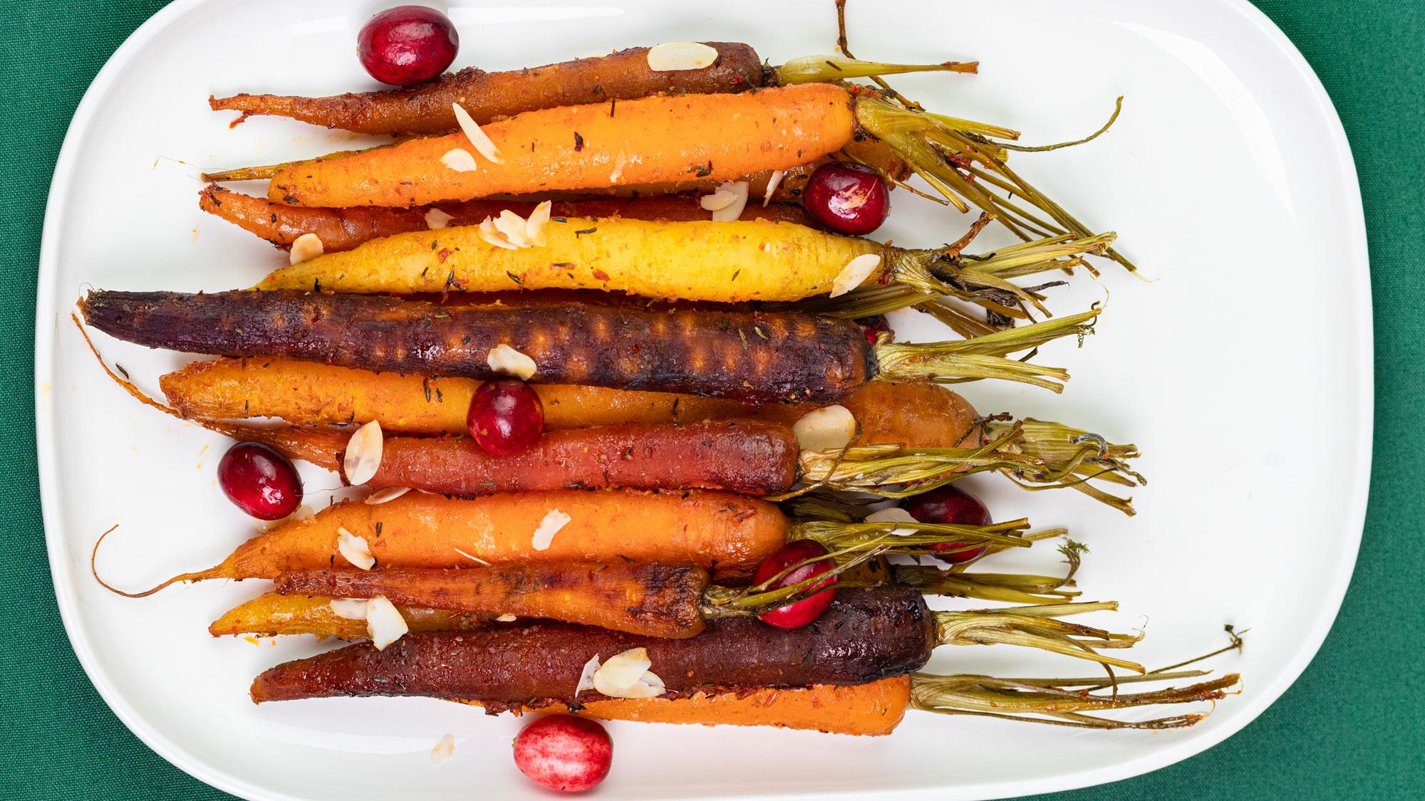 Kleurrijke, geroosterde wortels met cranberry's en amandelvlokken