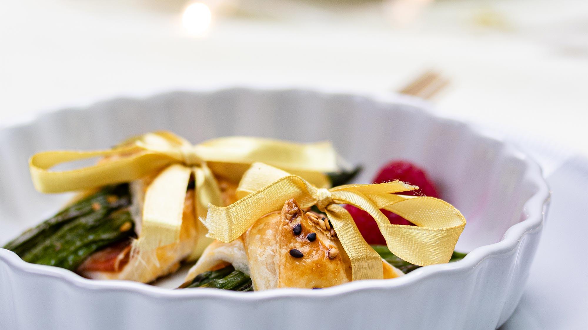 Bladerdeegpakketjes met groene asperges en Parmaham